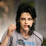 Kristen Stwart con el pelo negro y miles de capas