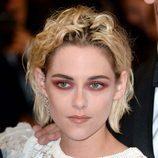 Kristen Stewart con el pelo rubio y raíces rizadas