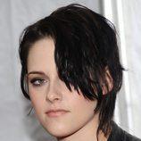 Kristen Stewart con un corte pixie y flequillo en la cara