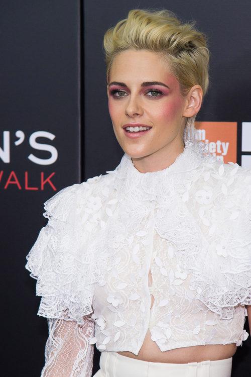 Kristen Stewart con sombra de ojos rosa por el pómulo y las sienes