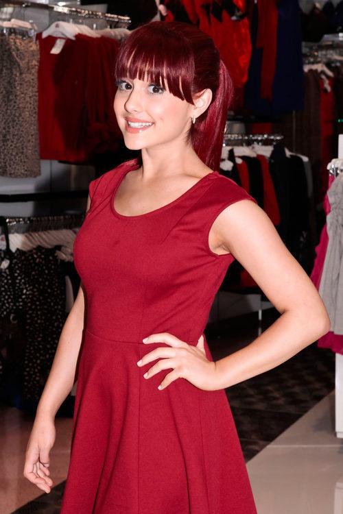 Ariana Grande de pelirroja con flequillo