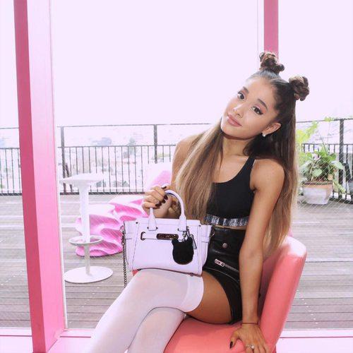 Ariana Grande con space buns
