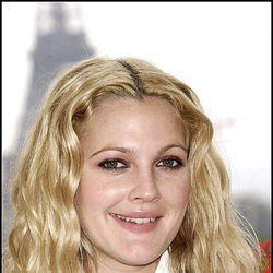 Drew Barrymore con la raya en el medio y beachy waves