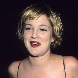 Drew Barrymore con un corte pixie y flequillo