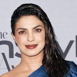 Priyanka Chopra con el cabello efecto mojado