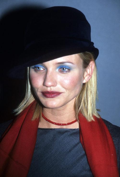 Cameron Diaz con sombra azul y un sombrero