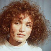 Cameron Diaz pelirroja y con el pelo rizado
