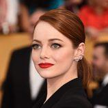 Emma Stone luce una coleta pulida y un makeup vibrante