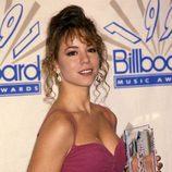 Mariah Carey luce un moño alto con mechones rizados