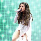 Selena Gomez actuando con una trenza de raiz