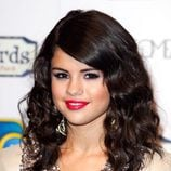 Selena Gomez con una melena midi rizada