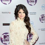 Selena Gomez con una coleta baja de lado