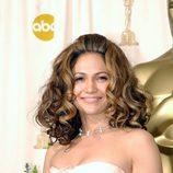 Jennifer Lopez con tupé y una melena rizada voluminosa