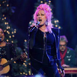 Cyndi Lauper actuando con el pelo rosa