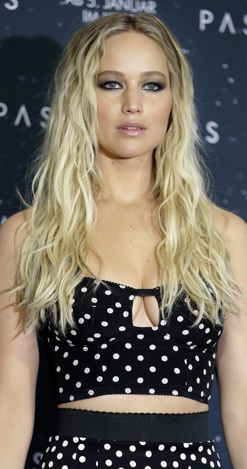 Jennifer Lawrence con el pelo largo y ondulado promocionando 'Passengers'