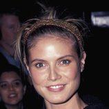 Heidi Klum peina su alborotada melena con una cinta