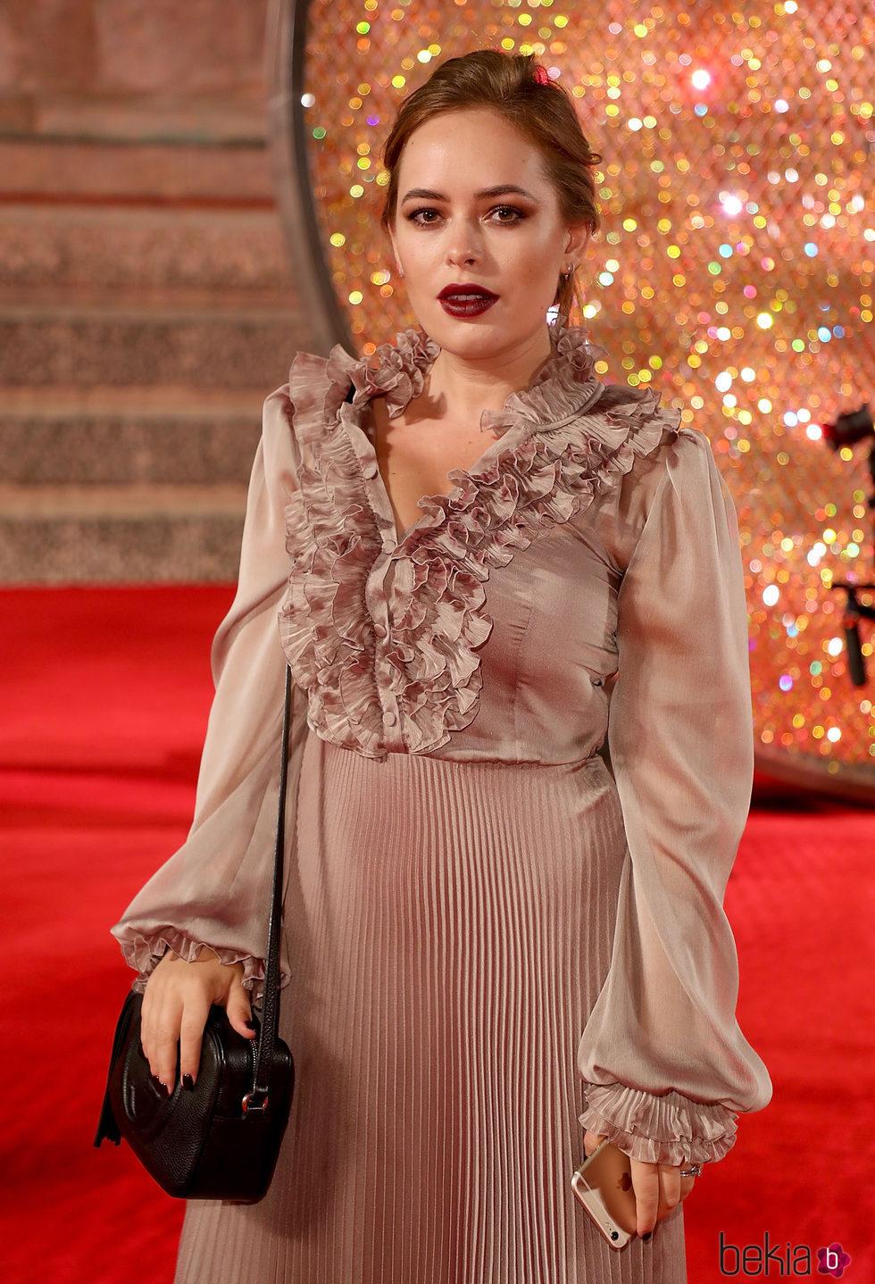 Tanya Burr con un makeup en tonos caoba