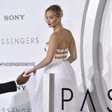 Jennifer Lawrence con un recogido y labios rojos en la premiere de 'Passengers'