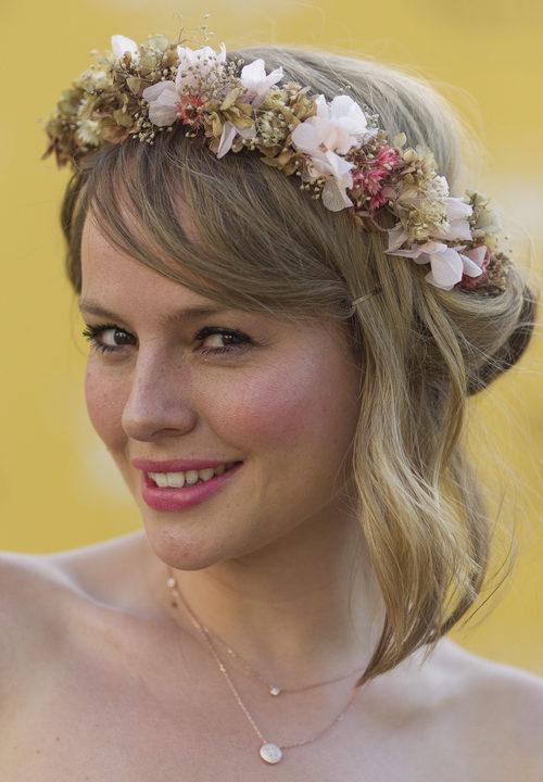 Esmeralda Moya con una corona de flores