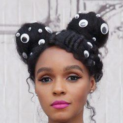 Janelle Monae arriesga con un peinado decorado con ojos de plástico