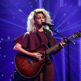 Tori Kelly cantando con la melena encrespada