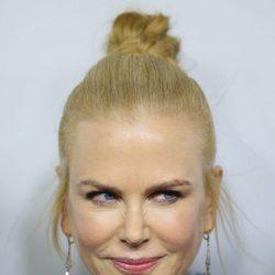 Nicole Kidman con un moño alto y patillas