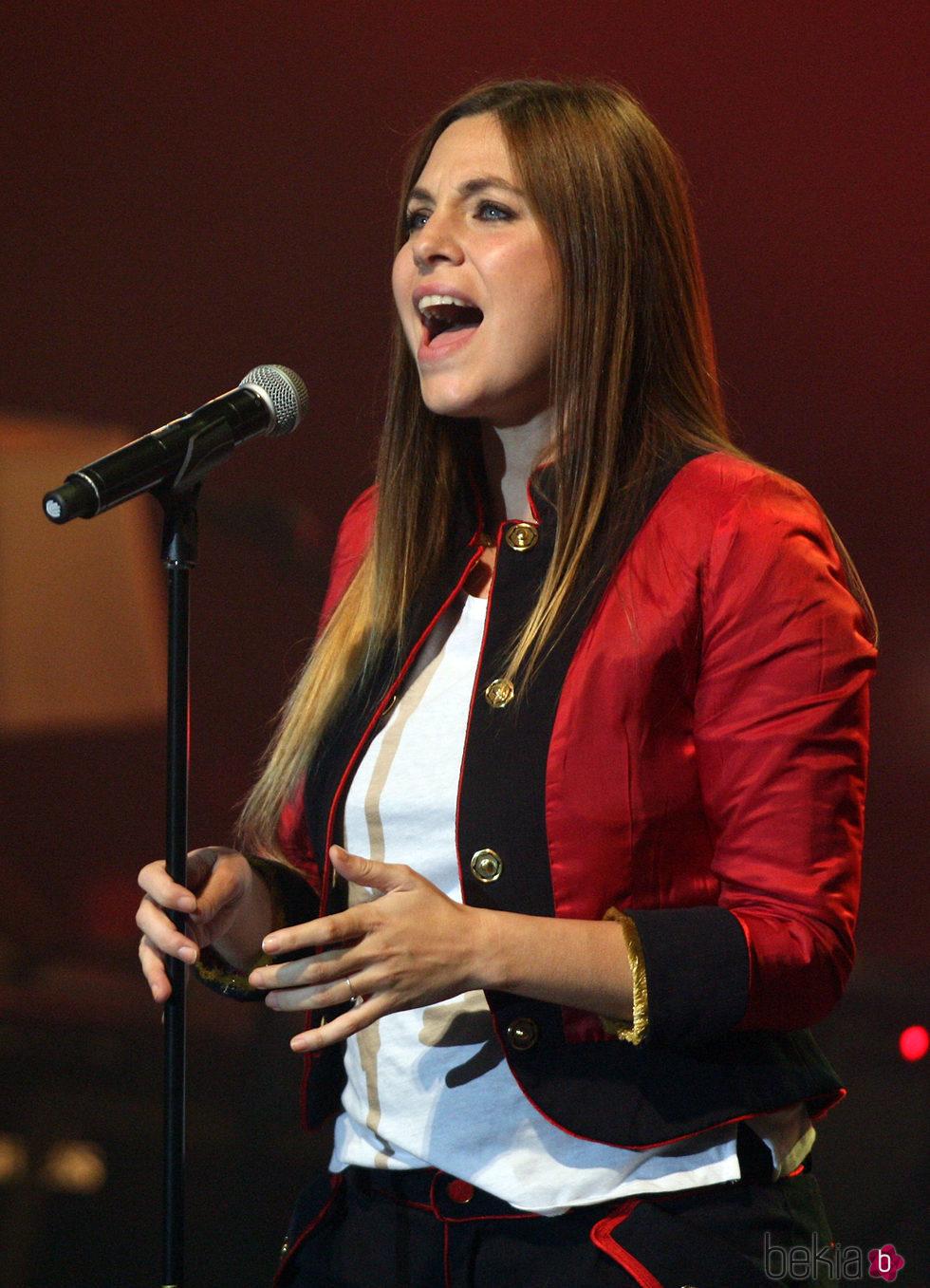 Leire Martínez cantando con el cabello liso