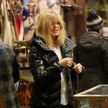 Goldie Hawn comprando con el cabello despeinado