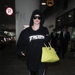 Khloé Kardashian intentando pasar desapercibida en LAX