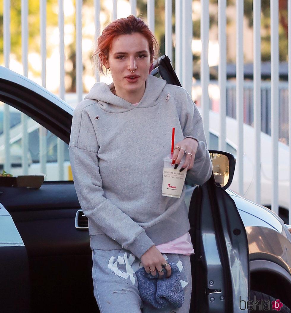 Bella Thorne sale a por un batido con un look de estar por casa