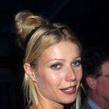 Gwyneth Paltrow con un moño alto y mechones sueltos