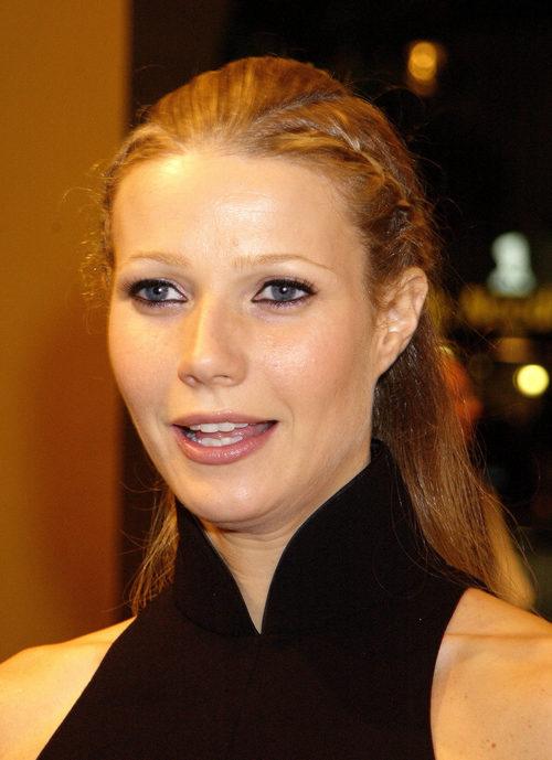 Gwyneth Paltrow con el cabello anaranjado y una trenza lateral
