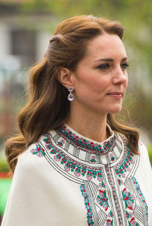 Kate Middleton opta por un semi recogido ondulado