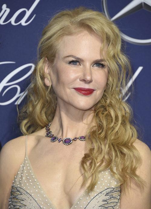 Nicole Kidman con el cabello rizado y labios rojos