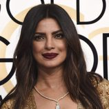 Priyanka Chopra con los labios burdeos y la melena suelta