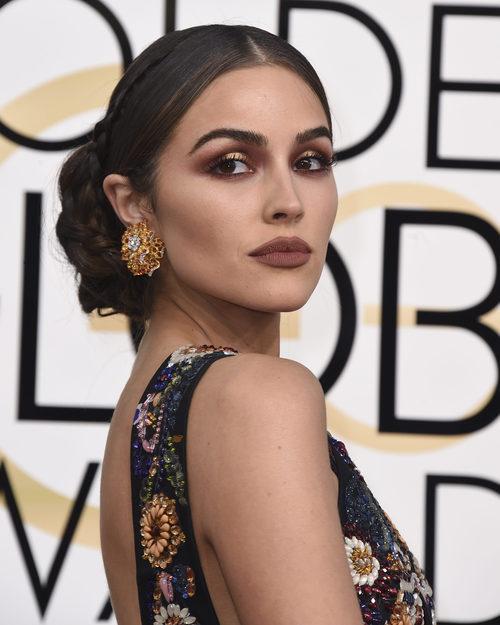 Olivia Culpo opta por un maquillaje de contrastes de metales