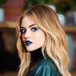 Lucy Hale con un maquillaje eléctrico