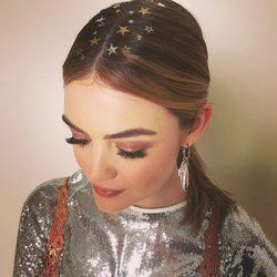 Lucy Hale con tatuajes de estrella en el cabello