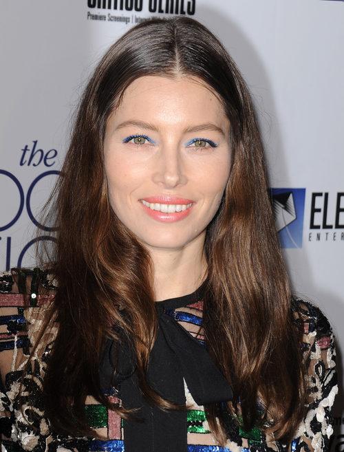 Jessica Biel maquilla sus ojos con un azul eléctrico