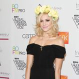 Pixie Lott con una corona de flores amarillas