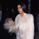 Kim Kardashian natural con un maquillaje en tonos tierra