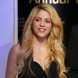 Shakira con una voluminosa melena ondulada