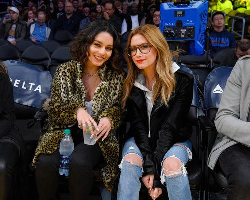 Vanessa Hudgens y Ashley Tisdale con looks naturales viendo un partido de baloncesto