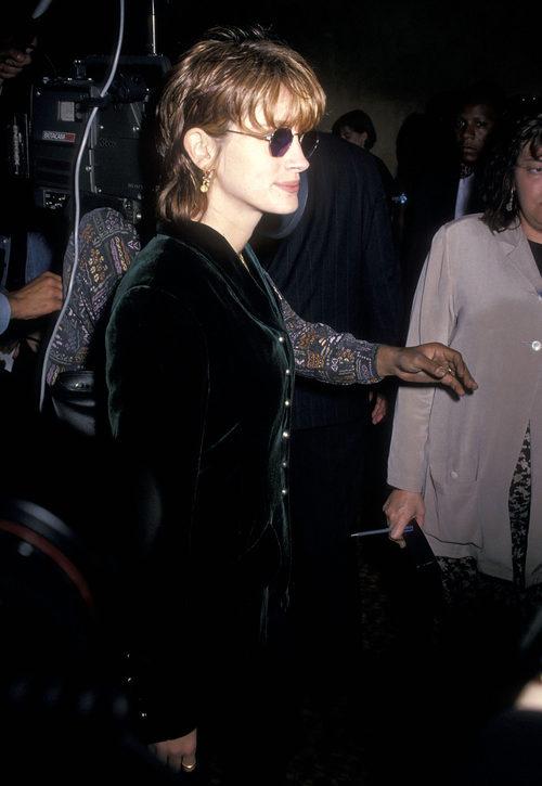 Julia Roberts con un corte desigual de pelo rapado y flequillo