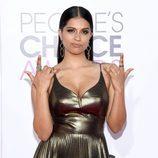 Lilly Singh con una melena pulida y maquillaje en tonos bronces