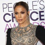 Jennifer Lopez luce un makeup de aspecto graso