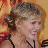 Kirsten Dunst peina su cabello en un moño bajo lateral