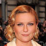 Kirsten Dunst decora su peinado con complementos color cobre