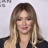 A Hilary Duff se le asoman las extensiones