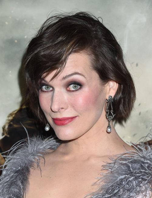 Milla Jovovich con un makeup en tonos rojizos